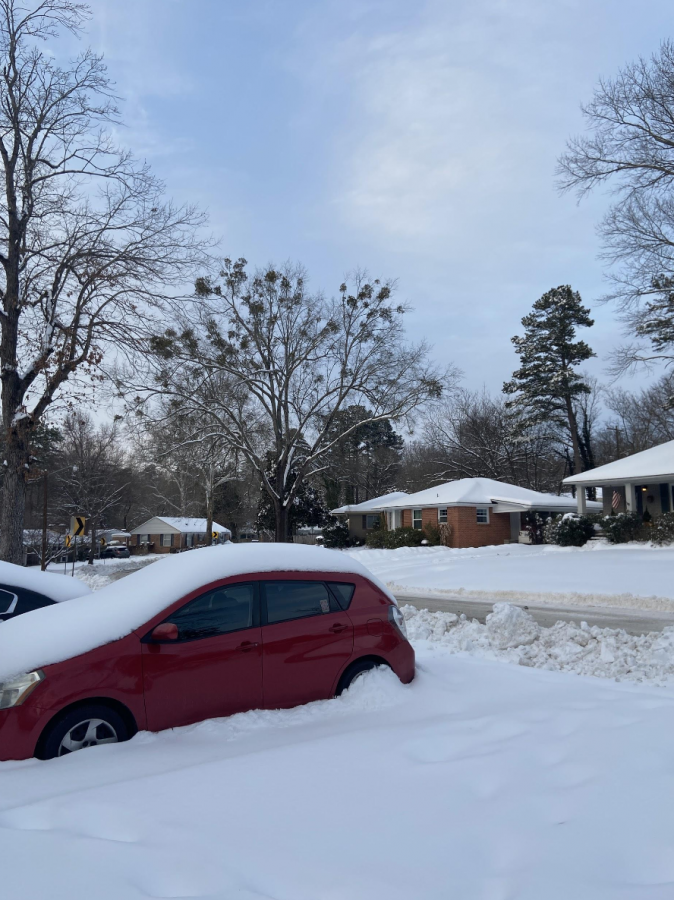 Little Rock is already covered by a foot of snow. By February 18 at 6 p.m., the roads were only just beginning to be worked on by the big plowers. Driveways are blocked by inches of powdery snow and blocks of salty and dirty snow as shown in the picture.